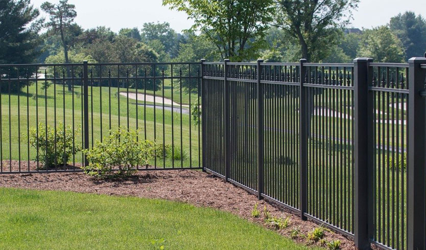commercial grade fencing to keep dogs in your yard