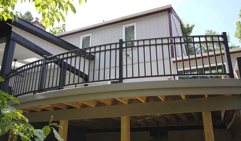deck with maintenance-free aluminum railing