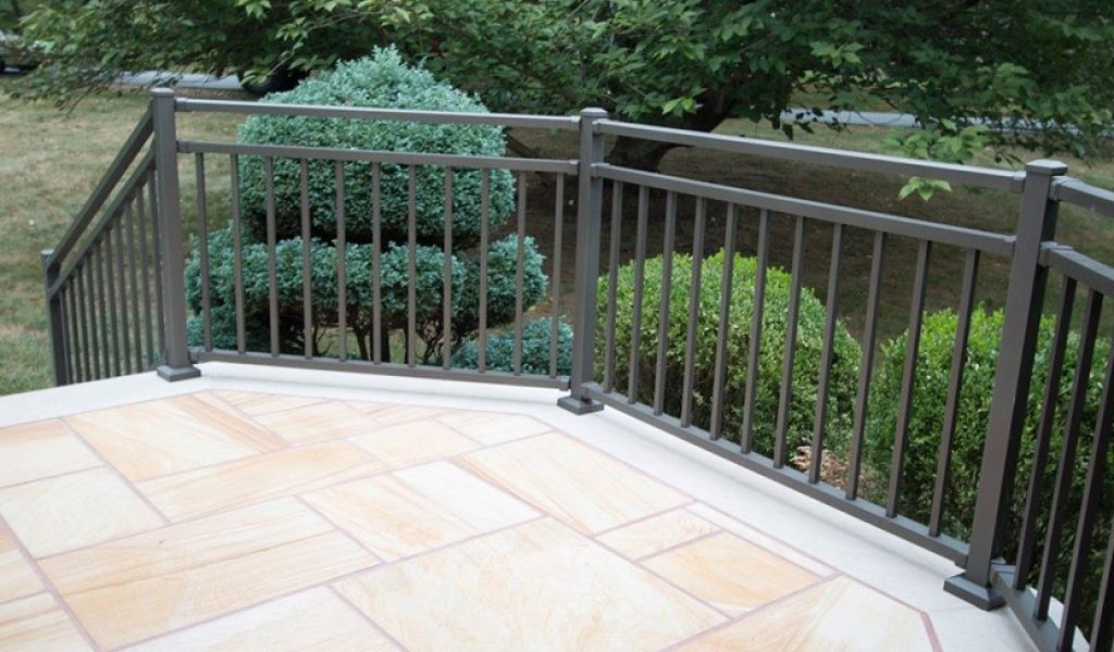 low-maintenance aluminum railing for deck stairs